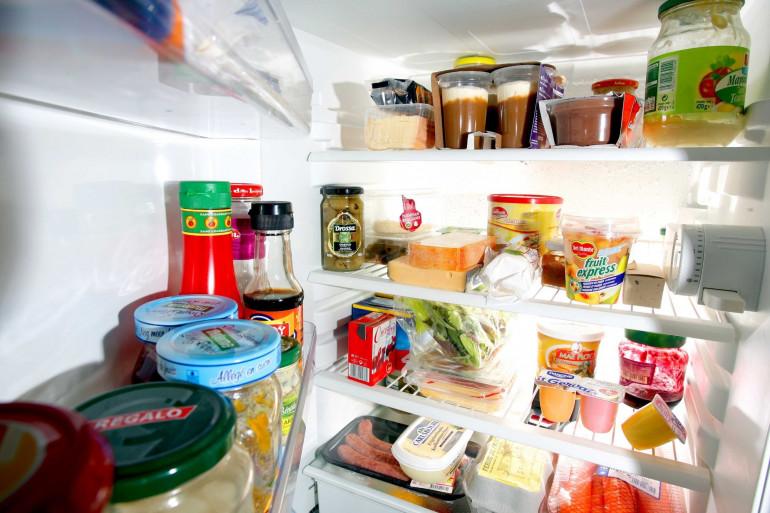 Des aliments dans un réfrigérateur (Illustration)