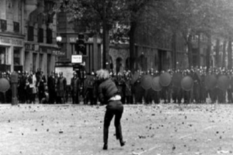 Un manifestant lance un pavé lors des manifestations de mai 68