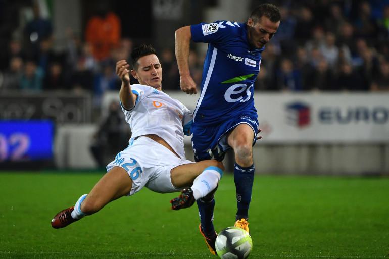 Florian Thauvin à la lutte avec Dimitri Liénard lors de Strasbourg-Marseille, le 15 octobre 2017 (3-3)
