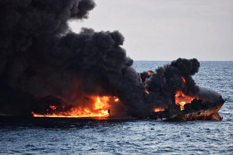 """Le pétrolier iranien """"Sanchi"""" en feu au large de la Mer de Chine, le 14 janvier 2018"""
