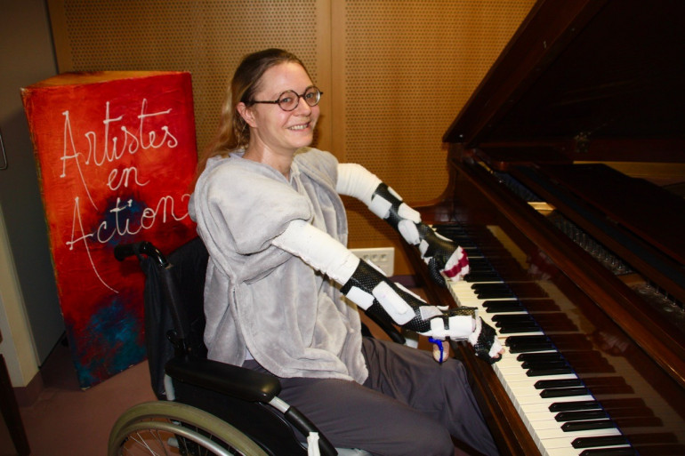 Caroline, greffée des deux bras après un accident de train, peut désormais rejouer du piano.