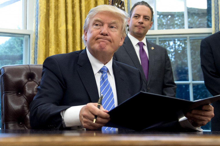 Donald Trump dans le Bureau Ovale lors de la signature de son premier décret limitant l'accès à l'avortement aux États-Unis