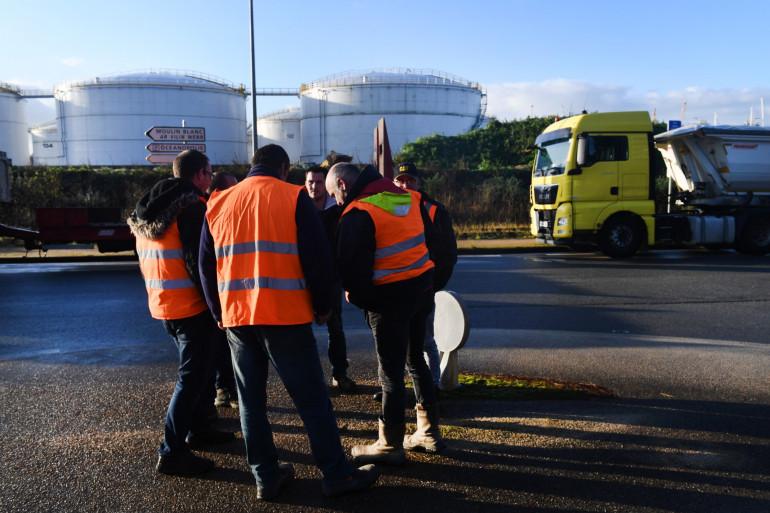 Des professionnels du bâtiment bloquent l'accès à un dépôt pétrolier à Brest, le 29 novembre 2019