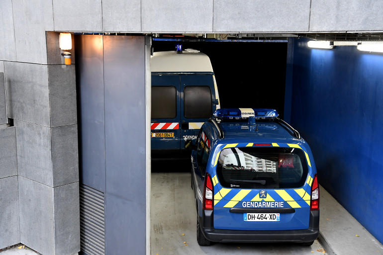 Une voiture de la gendarmerie suit le fourgon transportant Nordahl Lelandais, le 30 novembre 2017