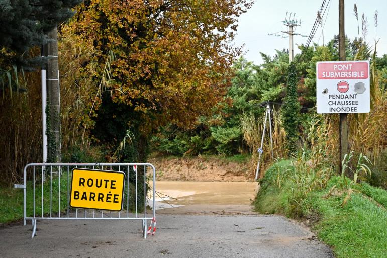 Une route barrée en raison des inondations à Pertuis dans le sud de la France, le 2 décembre 2019