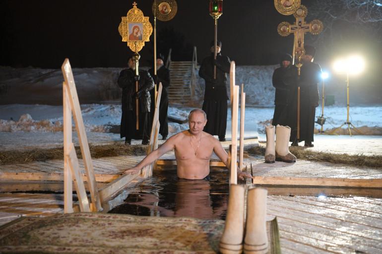 Vladimir Poutine se baigne dans le lac gelé Seliger le 19 janvier 2018.