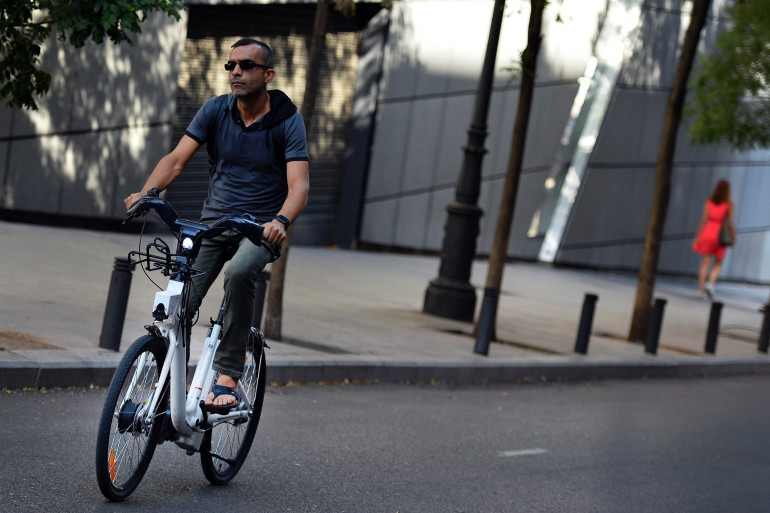 Un homme sur un vélo électrique (illustration).
