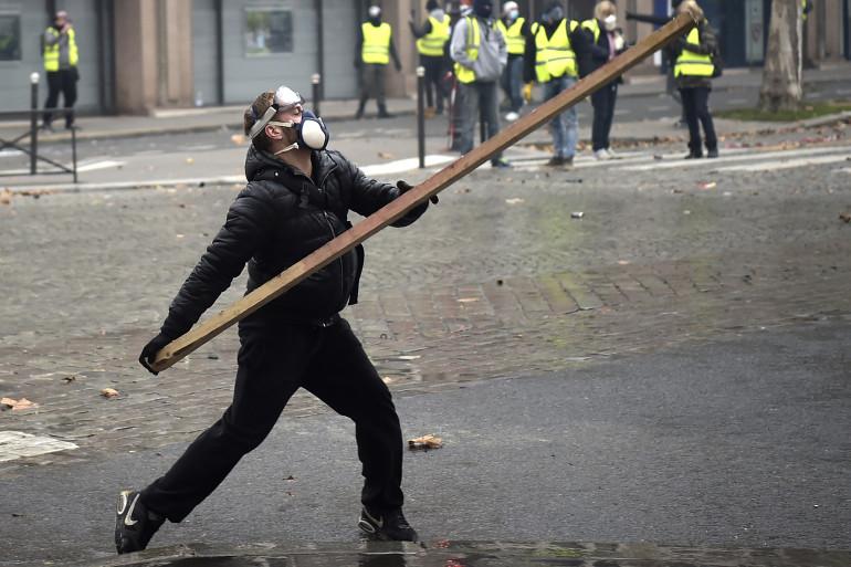"""Des casseurs se sont mêlés aux """"gilets jaunes"""" samedi 1er octobre aux abords des Champs-Élysées."""