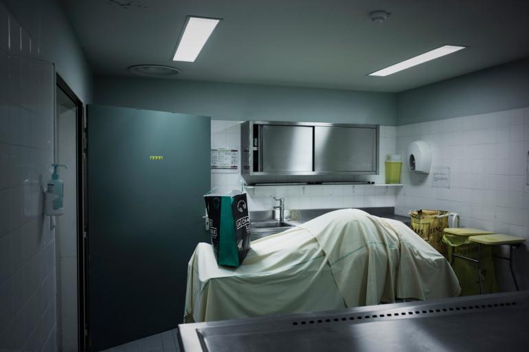 Un défunt dans une morgue (lllustration).