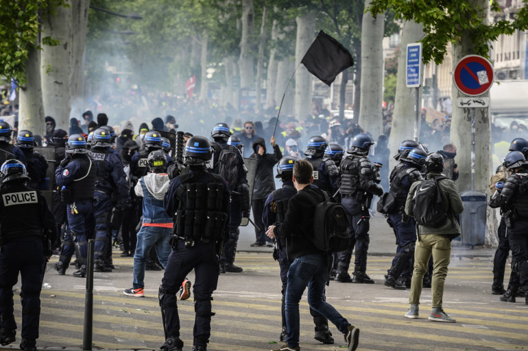 Des policiers anti-émeutes intervenant sur une manifestation à Lyon.