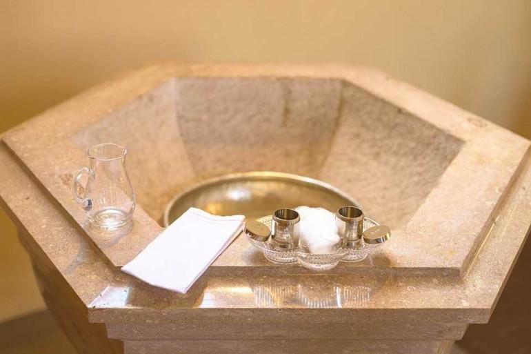 Une vasque d'eau bénite (Image d'illustration)