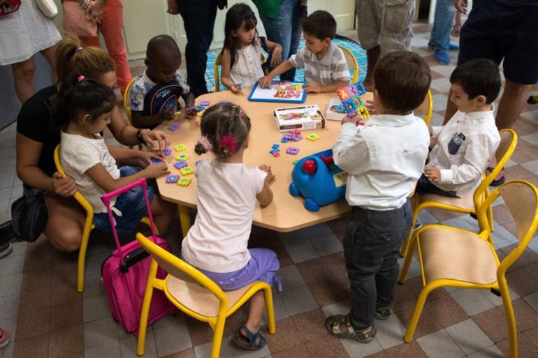 Des enfants de maternelle dans une salle de classe (illustration)