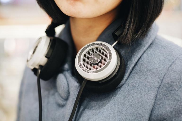 Une personne avec un casque audio (Illustration)