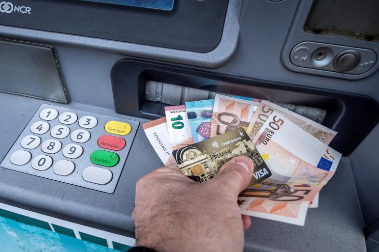 Un homme retirant des billets au distributeur (illustration)