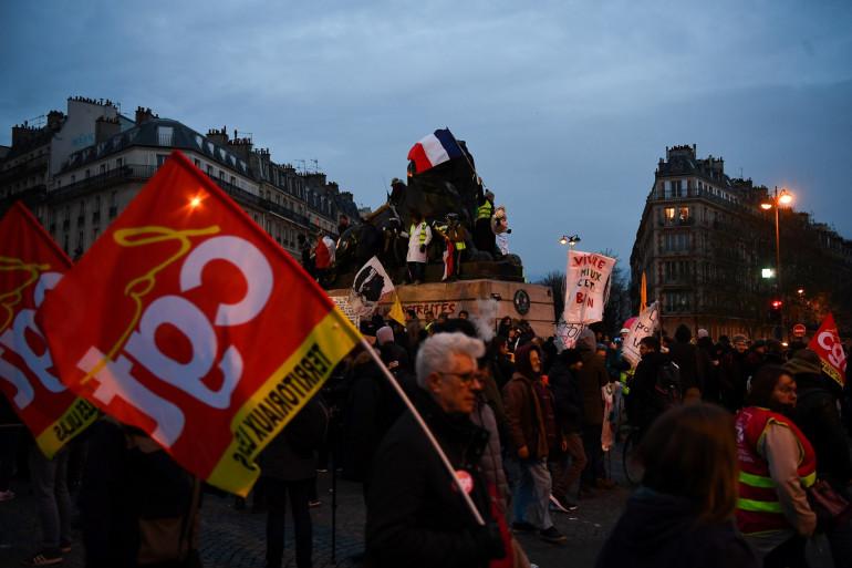 Les manifestants du cortège parisien arrivés sur la place Denfert-Rochereau, mardi 10 décembre.
