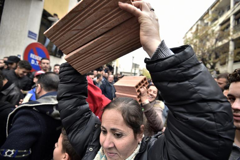 Des manifestants contestataires de l'élection présidentielle en Algérie, dans la ville de Tizi Ouzou