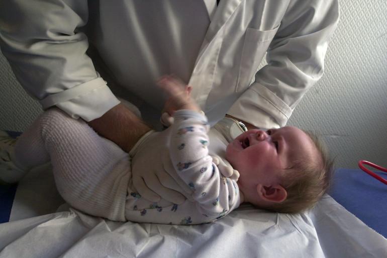 Un bébé atteint par la bronchiolite soigné par un kinésithérapeute