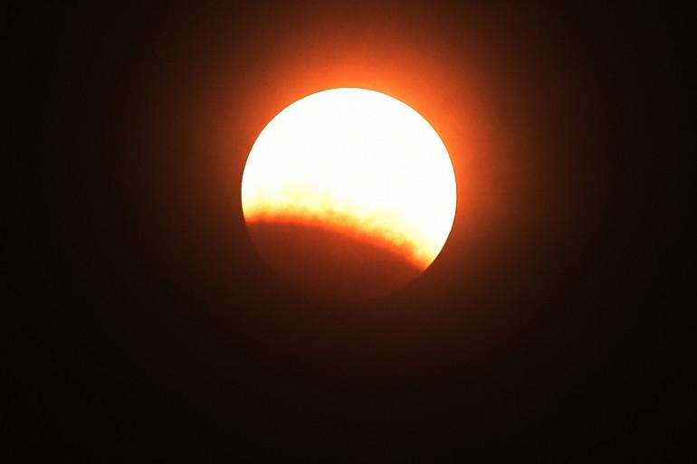 L'éclipse orangée de la Super Lune vue de Phnom Penh, la capitale du Cambodge