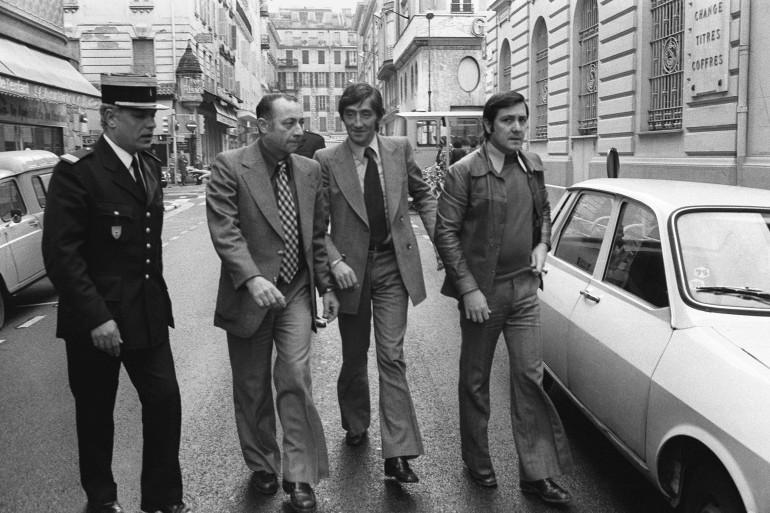 Albert Spaggiari, entouré de policiers et de son avocat en 1976. Il avait toujours été jusque-là considéré comme le cerveau du braquage.