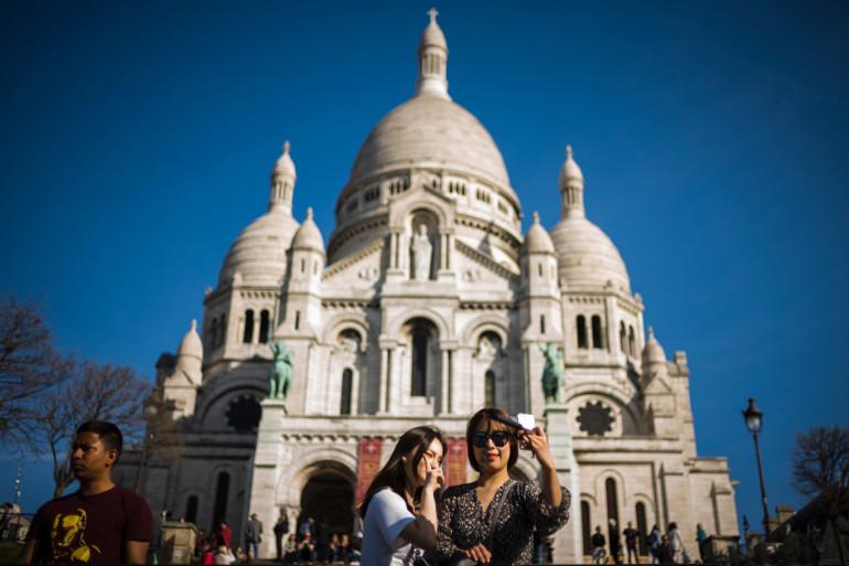 Des touristes prennent un selfie devant le Sacré-Cœur, à Paris (illustration)