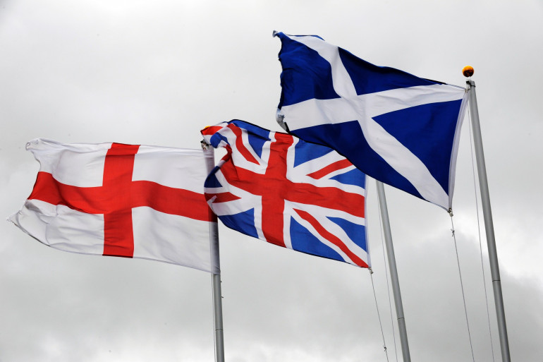 Les drapeaux anglais et écossais entourant celui du Royaume-Uni