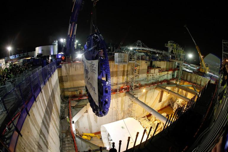 Le tunnelier Steffie descend dans le sous-sol francilien samedi 3 février 2018 pour creuser la ligne 15 du Grand Paris Express