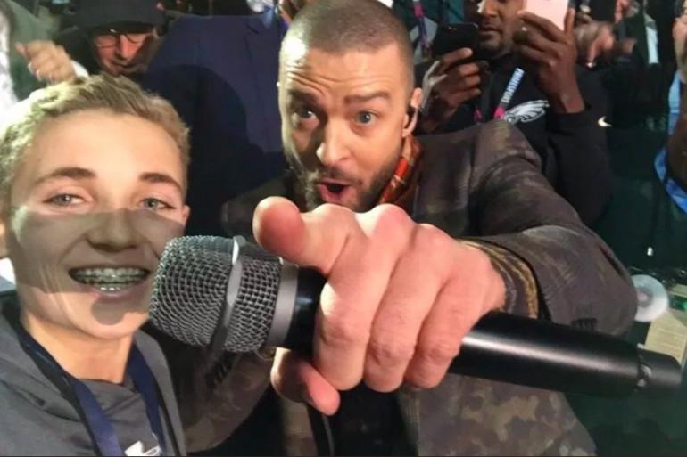 """Justin Timberlake et le """"Selfie Kid"""" pendant la finale du Super Bowl"""