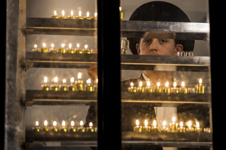 Un juif ultra-orthodoxe allume les bougies lors de la 7e nuit d'Hanouka à Tel Aviv (illustration)