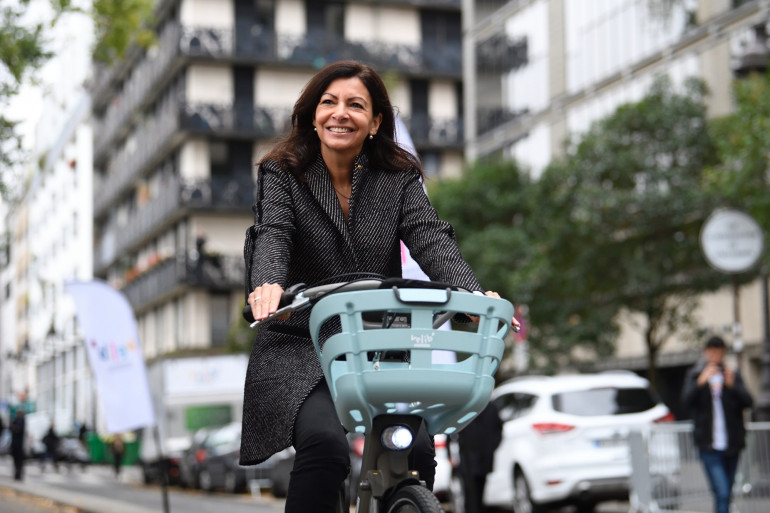 La maire de Paris Anne Hidalgo sur un Vélib', le 25 octobre 2017