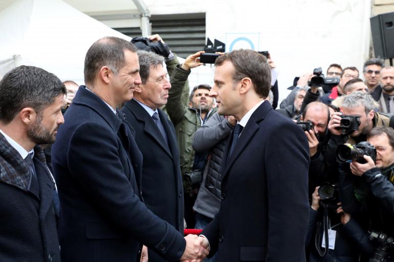 Emmanuel Macron et Gilles Simeoni, leader nationaliste, le 6 février 2018 à Ajaccio.