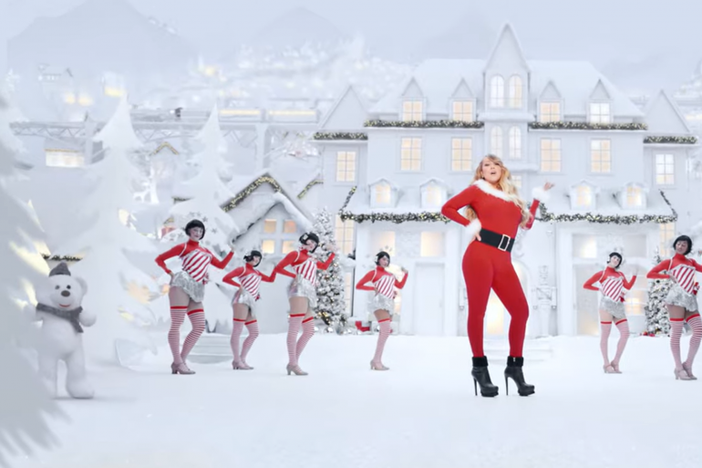 """Mariah Carey dans le clip """"All I Want For Christmas"""", version 2019"""