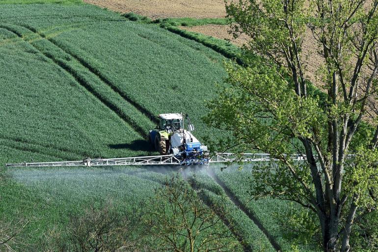 Un agriculteur épand des pesticides (Illustration).