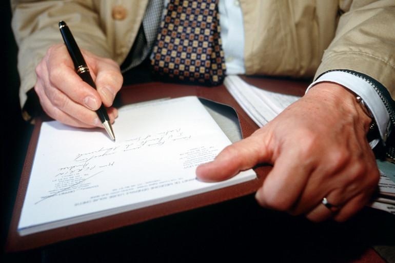 Un médecin rédige une ordonnance (Illustration)