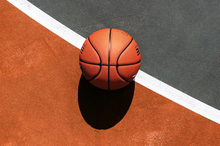 Un ballon de basketball sur un terrain (illustration)