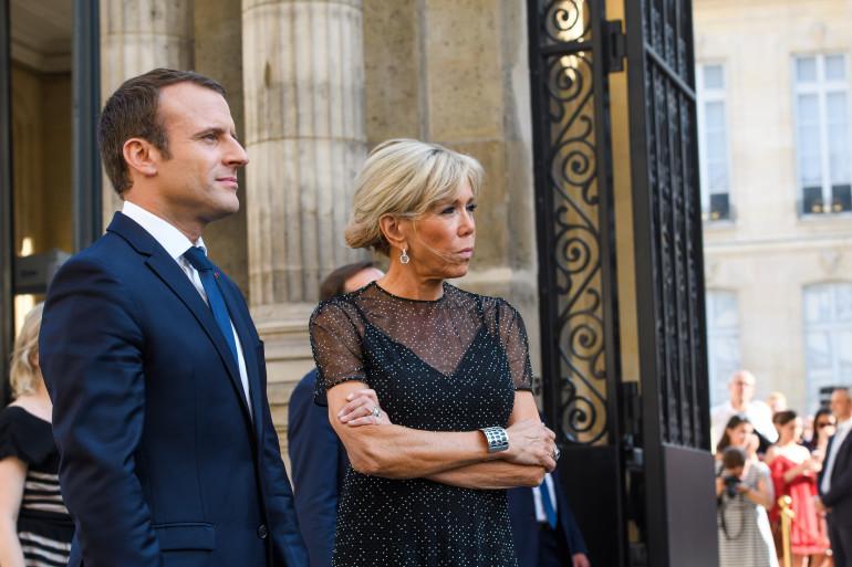 """Brigitte Macron portait une manchette """"Les Georgettes"""" lors de la fête de la musique, le 21 juin 2017"""