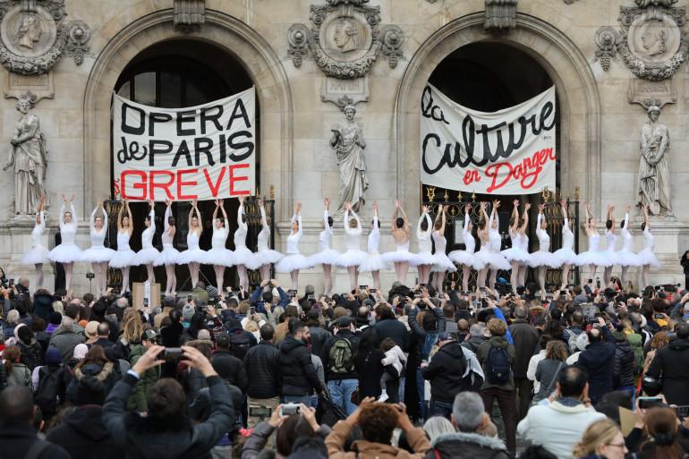 Les danseuses de l'Opéra de Paris manifestent contre la réforme des retraites, le 24 décembre 2019.