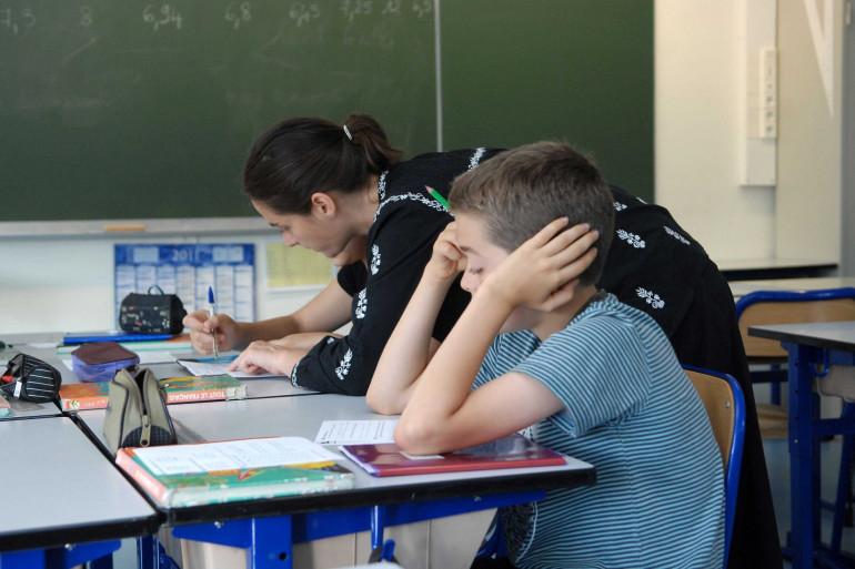 Des élèves pendant un stage de remise à niveau en mathématiques avant leur entrée en sixième (illustration)