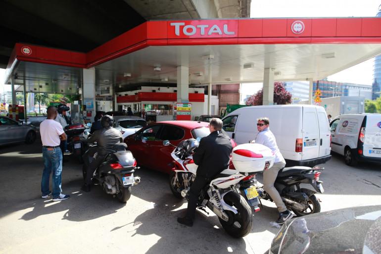 Une station-service Total à Issy-les-Moulineaux près de Paris