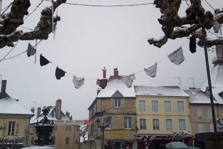 Des guirlandes de slips décorent Poligny (Jura) depuis le début du mois de février