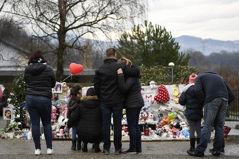 Des anonymes se recueillent devant un mémorial de fortune en hommage à Maëlys à Pont-de-Bauvoisin le 15 février 2018