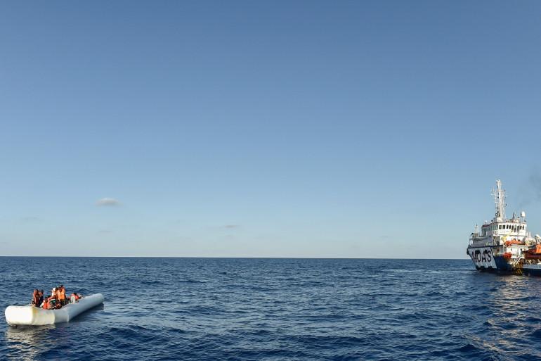 Des migrants dans un bateau en plein mer Méditerranée (illustration)