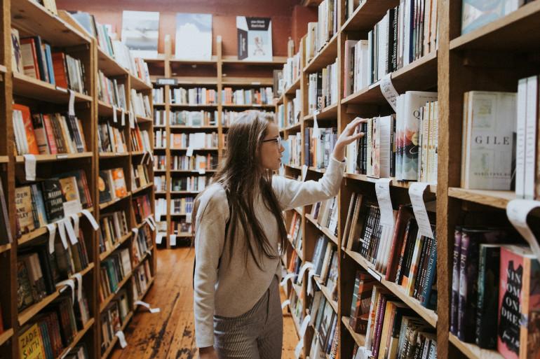 Les bibliothèques pourraient voir leurs horaires d'ouverture allongés. (image d'illustration)
