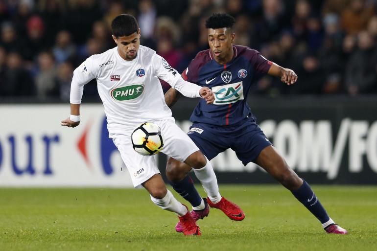 Presnel Kimpembe avec le PSG contre le Guingampais Ludovic Blas en janvier 2018