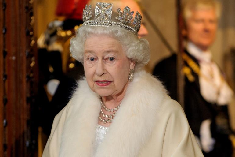 La reine Elisabeth II portant une tenue en fourrure, au parlement britannique le 9 mai 2012