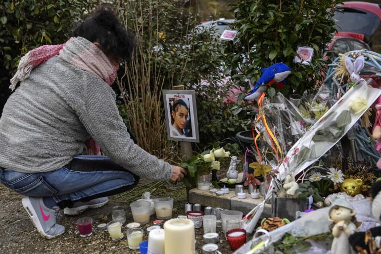 Une femme dépose des fleurs au mémorial pour la petite Maëlys à Pont-de-Beauvoisin, le 15 février 2018