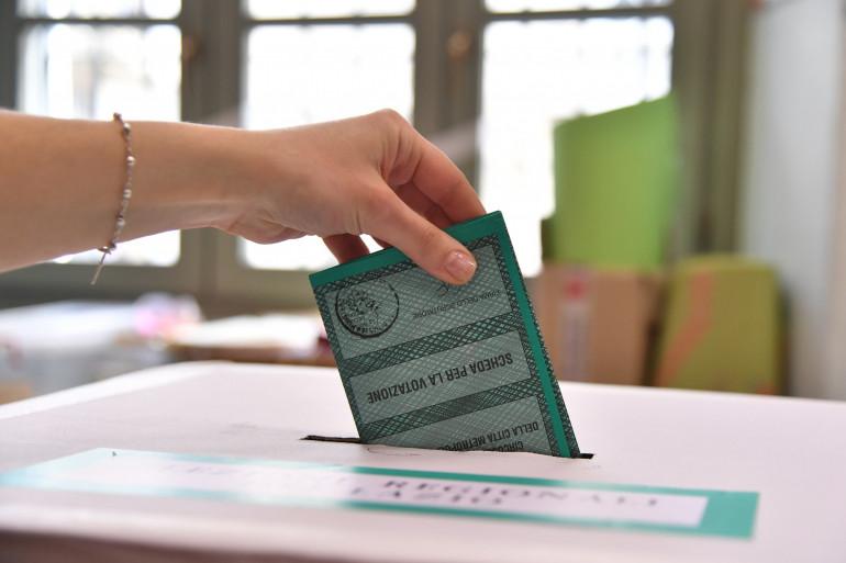 Un électeur vote lors des législatives italiennes, le 4 mars 2018 à Rome