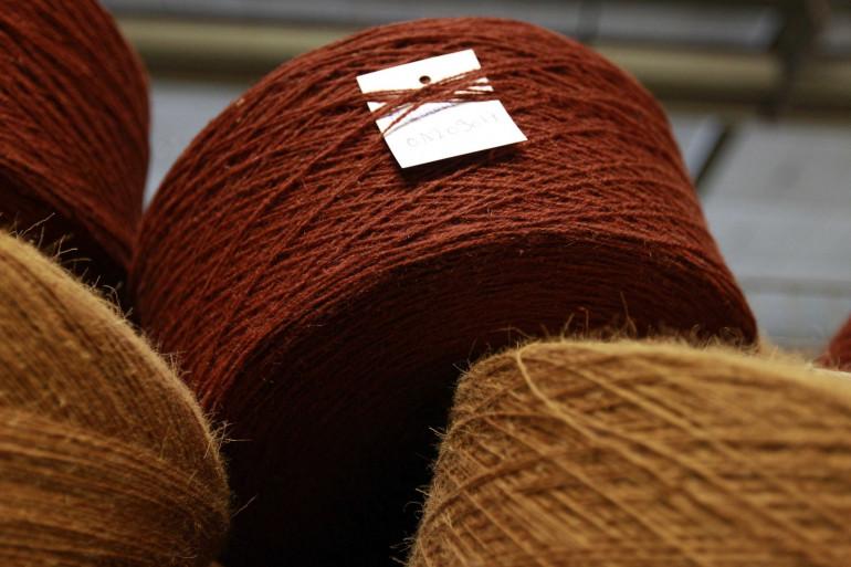 Des bobines de fil de laine pour la fabrique des tapis et de la moquette (Illustration)