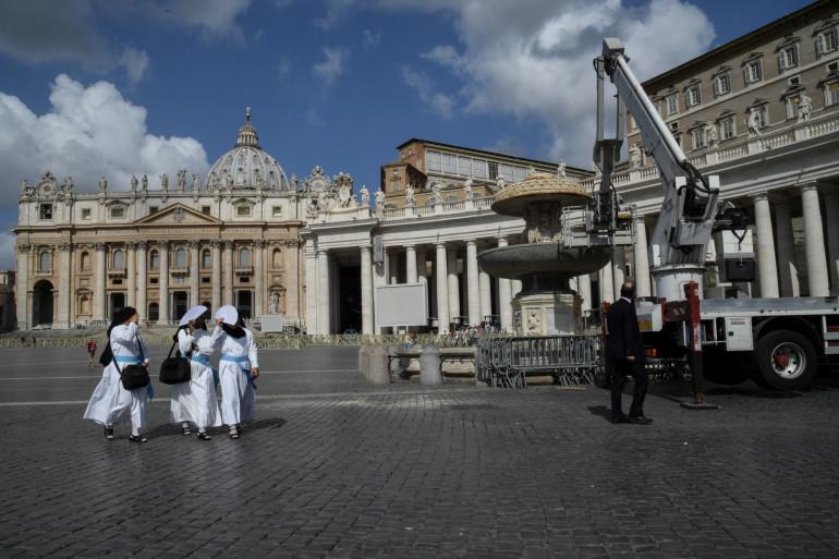 Des religieuses devant Saint Pierre de Rome le 25 juillet 2017