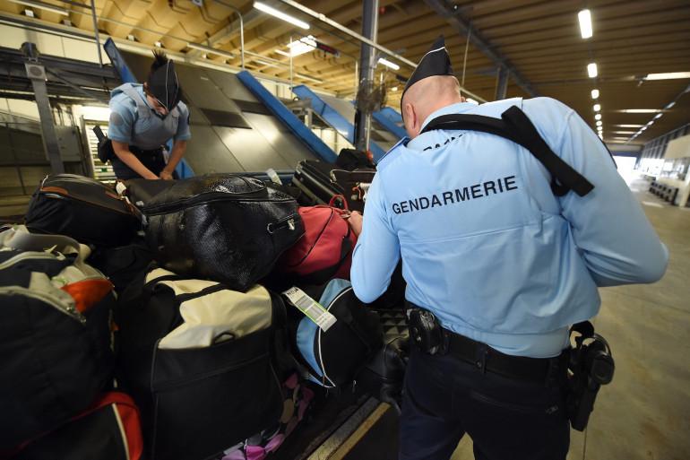 Des gendarmes vérifient des bagages à l'aéroport de Montpellier le 20 novembre 2015