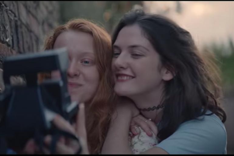 Une publicité Renault met en scène une histoire d'amour lesbienne.